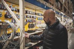 Mężczyzna wybiórki w specjalność sklepów materiałach i narzędziach zdjęcia stock