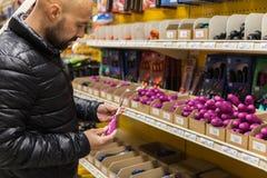 Mężczyzna wybiera śrubokręt w narzędziowym sklepie obraz royalty free