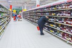 Mężczyzna wybiera alkoholicznego napój w sklepie obrazy stock