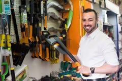 Mężczyzna wybiera cioskę w gospodarstwo domowe sklepie Fotografia Stock