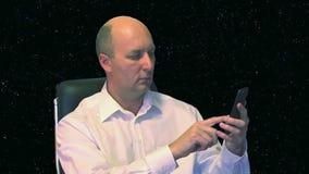 Mężczyzna wybiera numer liczbę na telefonie zdjęcie wideo