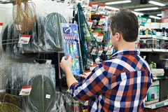 Mężczyzna wybiera pławiki dla łowić w sklepie zdjęcie royalty free