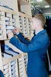 Mężczyzna wybiera trójnika - koszula przy sklepem zdjęcie stock