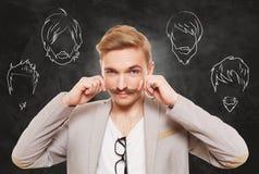 Mężczyzna wybiera twarzowego włosianego styl, brodę i wąsy, zdjęcia stock