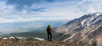 Mężczyzna wycieczkowicz na górze góry Zdjęcie Royalty Free