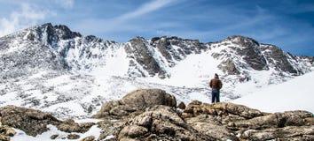 Mężczyzna wycieczkowicz Przegapia góry Evans szczyt - Kolorado Obraz Stock