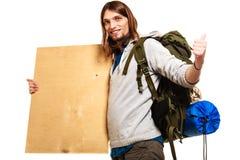 Mężczyzna wycieczkowicza backpacker z pustą drewno kopii przestrzeni reklamą Zdjęcia Royalty Free