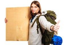 Mężczyzna wycieczkowicza backpacker z pustą drewno kopii przestrzeni reklamą Obrazy Royalty Free