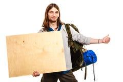 Mężczyzna wycieczkowicza backpacker z pustą drewno kopii przestrzeni reklamą Fotografia Stock