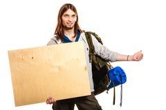 Mężczyzna wycieczkowicza backpacker z pustą drewno kopii przestrzeni reklamą Zdjęcie Royalty Free