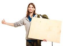 Mężczyzna wycieczkowicza backpacker z pustą drewno kopii przestrzeni reklamą Fotografia Royalty Free