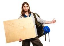 Mężczyzna wycieczkowicza backpacker z pustą drewno kopii przestrzeni reklamą Zdjęcia Stock