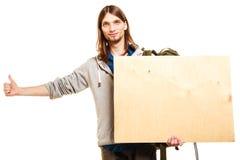 Mężczyzna wycieczkowicza backpacker z pustą drewno kopii przestrzeni reklamą Obrazy Stock