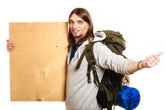 Mężczyzna wycieczkowicza backpacker z pustą drewno kopii przestrzeni reklamą Obraz Royalty Free