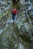 Mężczyzna wycieczkowicza góry wspinaczkowe ściany Zdjęcia Stock