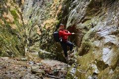 Mężczyzna wycieczkowicza góry wspinaczkowe ściany Obrazy Royalty Free