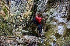 Mężczyzna wycieczkowicza góry wspinaczkowe ściany Fotografia Stock