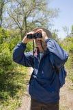 Mężczyzna Wycieczkuje, Birdwatching i Patrzeje Przez Binoc, zdjęcie stock