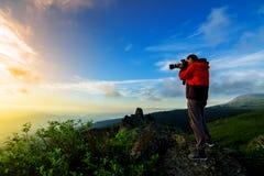 Mężczyzna wycieczkuje fotografa biorą obrazek Zdjęcie Stock