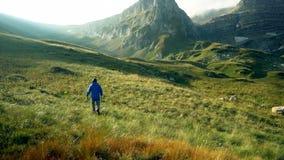 Mężczyzna wycieczkuje góry lata ranek Wycieczkowicza odprowadzenie Bawi się rekreacyjną aktywność Wakacje letni urlopowa turystyk zbiory wideo