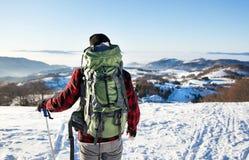 Mężczyzna wycieczkuje na śnieżnej górze Obrazy Stock