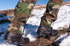 Mężczyzna wycieczkuje na śniegu Fotografia Royalty Free