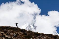 Mężczyzna wycieczkuje sylwetkę w górach Obrazy Stock