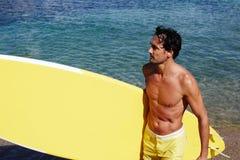 Mężczyzna wydaje jego weekendów surfować Zdjęcie Royalty Free