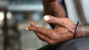 Mężczyzna wyjaśnia z jego rękami zdjęcie wideo