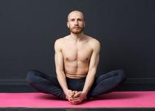 Mężczyzna wykonuje pachwina mięśnia rozciąganie zdjęcia stock