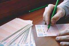 Mężczyzna wypełnia out loteryjki lotter Fotografia Royalty Free