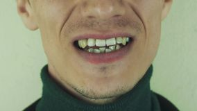 Mężczyzna wyraziście śpiewa piosenkę w frontowej kamerze usta zęby uśmiech szczecina zbiory wideo