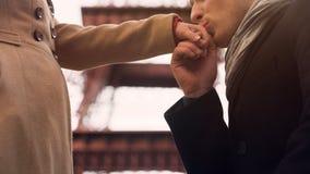 Mężczyzna wyznaje jego uczucia i całuje rękę jego dziewczyna, stoi na kolanie Obraz Stock