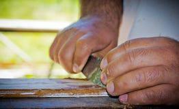 Mężczyzna wznawia drewno z cykliną Zdjęcia Stock