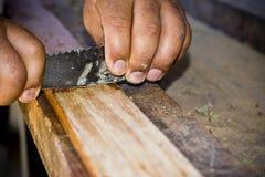 Mężczyzna wznawia drewno z cykliną Obraz Royalty Free