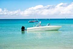 Mężczyzna, yachtsman na motorboat na wodzie, w St John, Antigua Zdjęcia Royalty Free