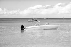 Mężczyzna, yachtsman na motorboat na wodzie, w St John, Antigua Obrazy Stock