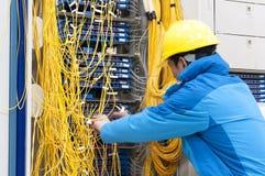 Mężczyzna złączona sieć depeszuje zmiany w komputerowym pokoju Obraz Stock
