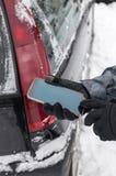 Mężczyzna z łamanym samochodem i smartphone Zdjęcie Royalty Free