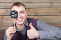 Mężczyzna z śmieszną ikoną na kiju pokazuje aprobata znaka Obrazy Stock