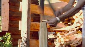 Mężczyzna z żelaznym cioski ciapania drewnem zdjęcie wideo