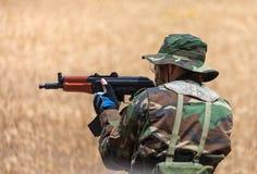 Mężczyzna z AK mieniem przy gunpoint Obraz Royalty Free
