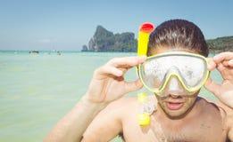 Mężczyzna z akwalung maską w jasnym morzu obrazy stock