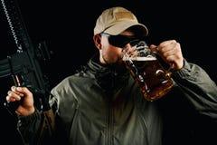 Mężczyzna z armatnim pije piwem Obraz Royalty Free