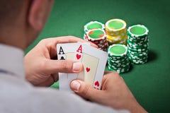 Mężczyzna z as kart bawić się grzebakiem Zdjęcie Royalty Free