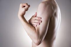 Mężczyzna z bólem w ręce Ból w ciele ludzkim Obraz Stock