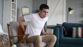 Mężczyzna z bólu pleców obsiadaniem na leżance zbiory wideo