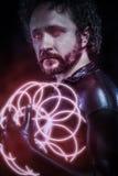 Mężczyzna z błękitnymi neonowymi światłami przyszłościowy wojownika kostium, fantazja s Obrazy Royalty Free