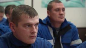 Mężczyzna z bacznymi twarzami siedzą w sala lekcyjnej zdjęcie wideo