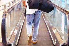 Mężczyzna z bagażem na horyzontalnym eskalatorze obrazy royalty free